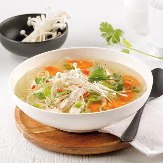 Soupe poulet et nouilles à l'asiatique