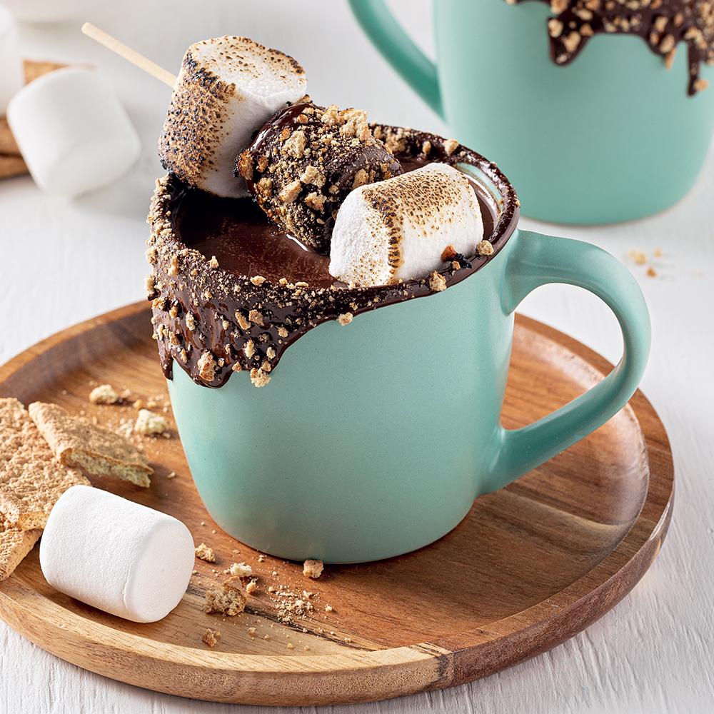 Chocolat chaud façon s'mores et brochette de guimauves
