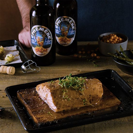 Saumon mariné à la bière à la baie d'argousier sur planche de cèdre