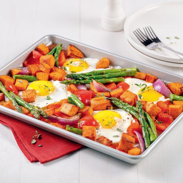 Légumes et oeufs sur la plaque