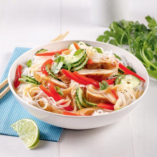 Salade de vermicelles au poulet et légumes colorés
