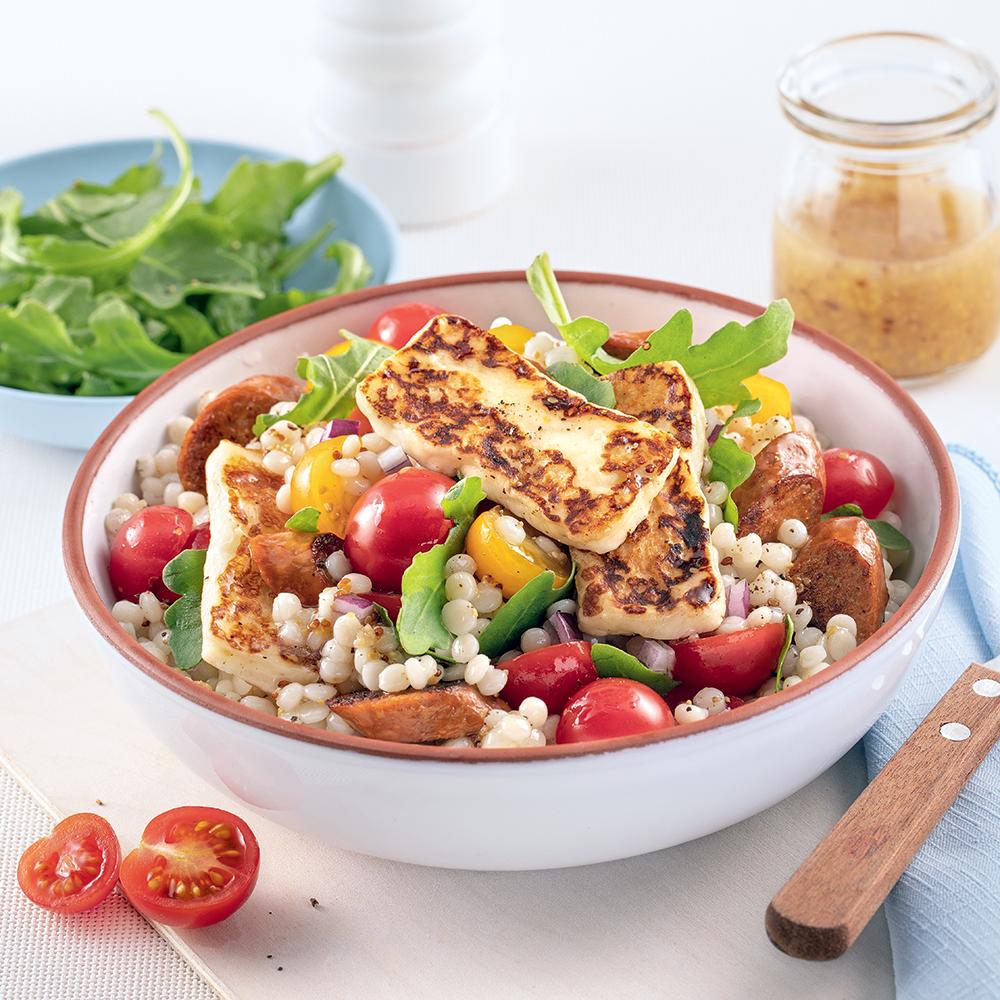 Salade tiède de couscous, merguez et halloumi