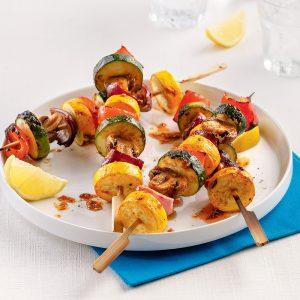 Brochettes de légumes colorés