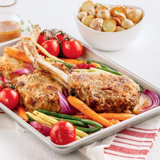 Côtelettes de veau croustillantes et légumes sur la plaque