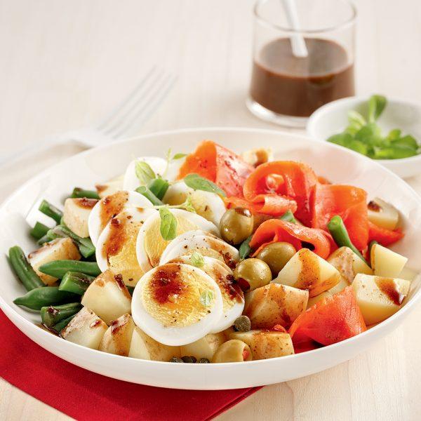 Salade niçoise aux pommes de terre et saumon fumé
