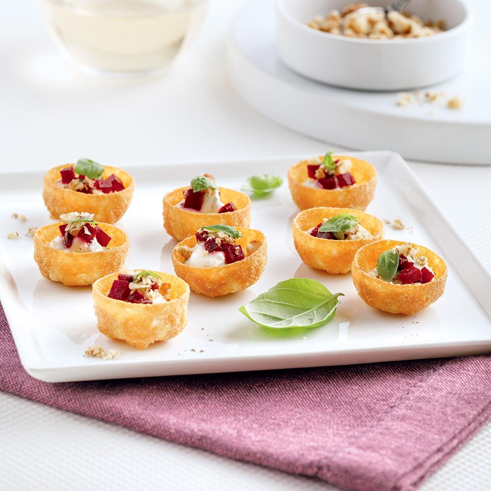 Coupelles de tartare de betteraves, fromage à la crème et noix de Grenoble