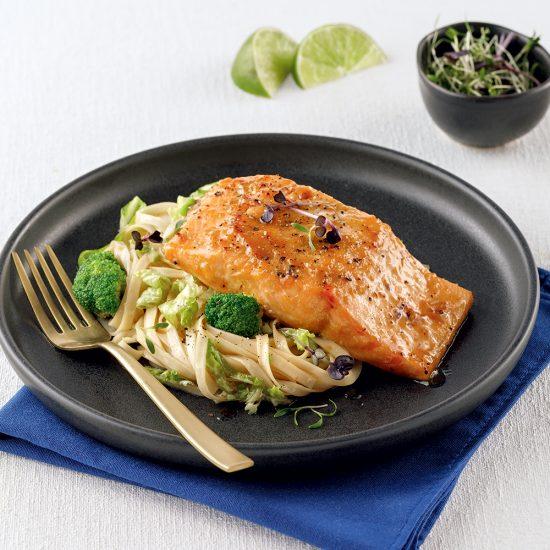 Saumon au miso, salade de nouilles et vinaigrette ponzu