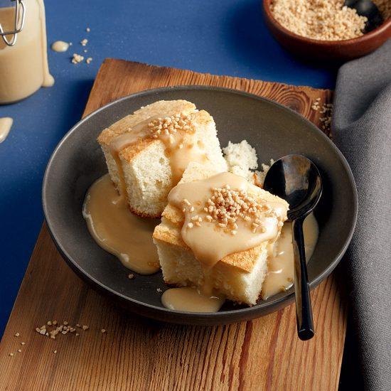 Gâteau à la vanille, sauce au sucre à la crème