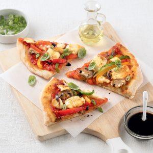 Pizza aux légumes et fromage en grains