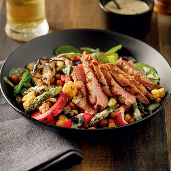 Poitrines de canard grillées et salade tiède aux pois chiches rôtis