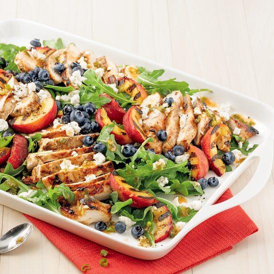 Salade de poulet et pêches grillées