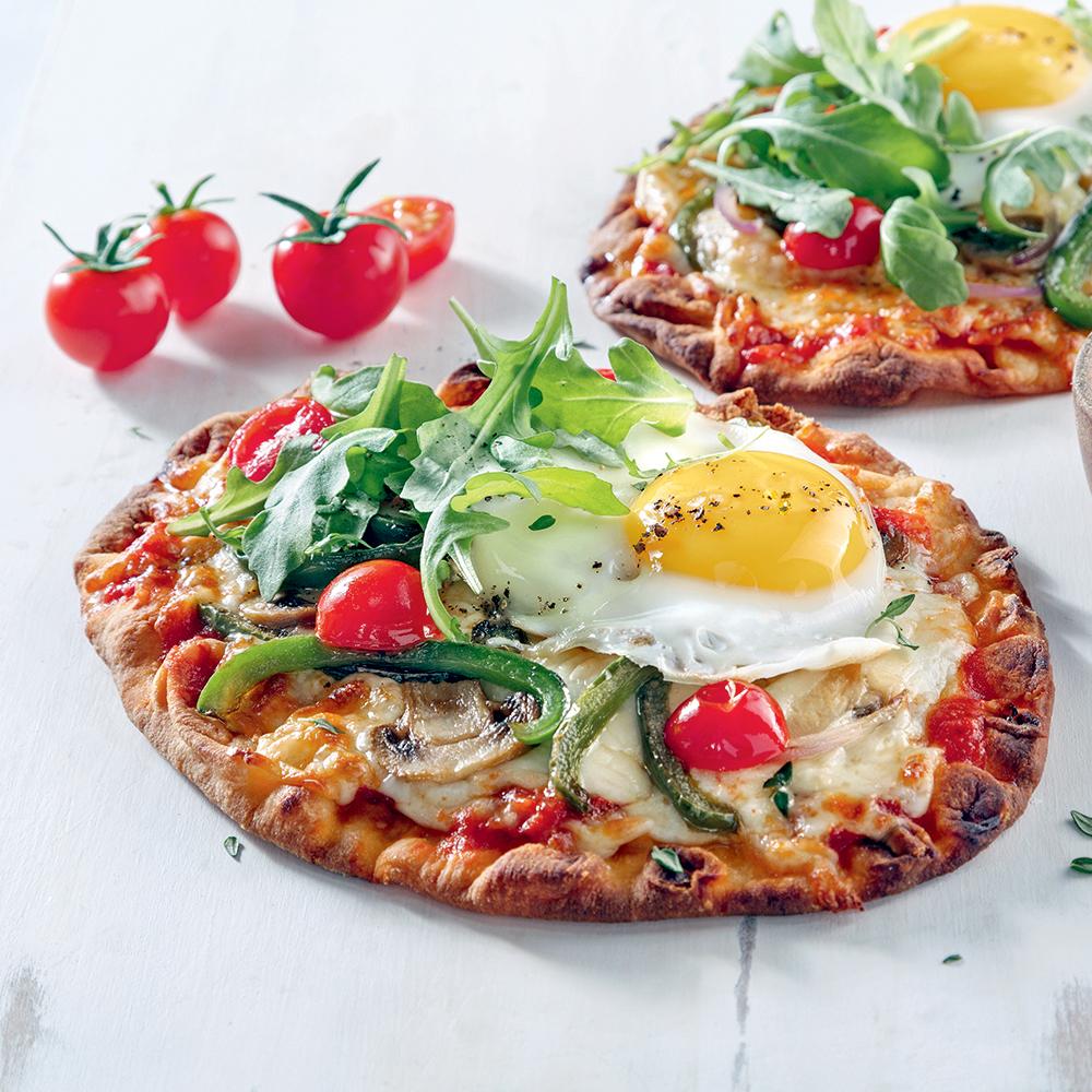Pizzas aux oeufs miroir sur le barbecue