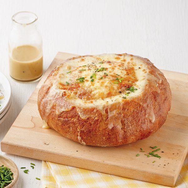 Quiche aux oignons dans un bol de pain