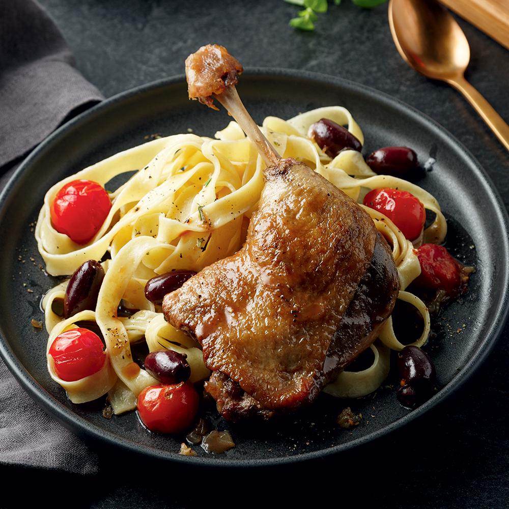 Cuisses de canard braisées aux tomates, olives et ail rôti