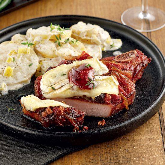 Côtelettes de porc fumées, bacon, oignons caramélisés et brie