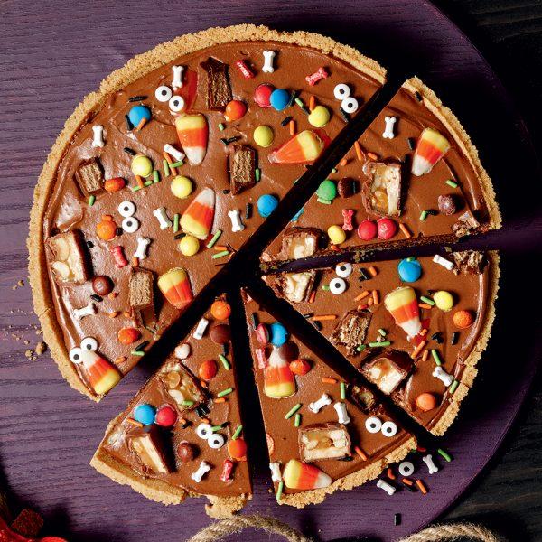 Tarte «party» au chocolat et bonbons d'Halloween