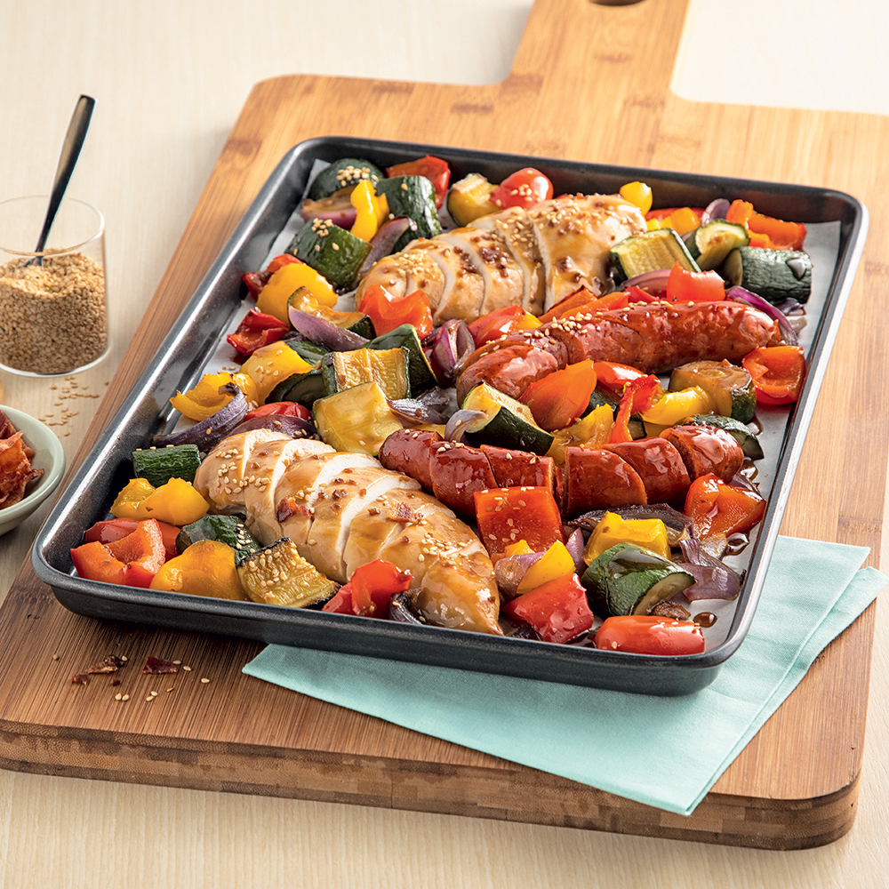 Plaque de saucisses, poulet et légumes marinés