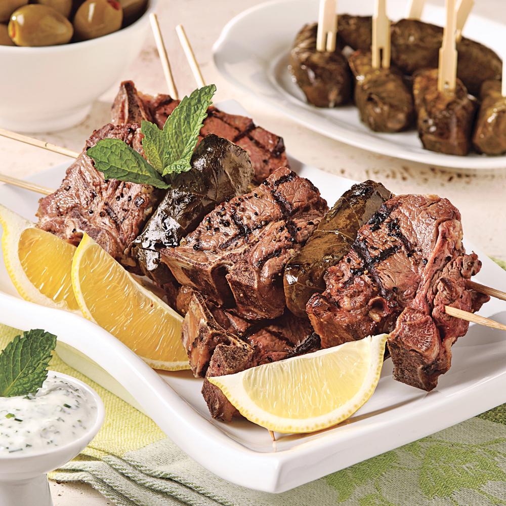 Brochettes d'agneau à la grecque sur le barbecue
