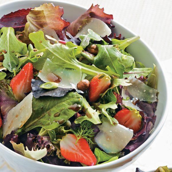 Salade de mesclun aux fraises et vinaigrette balsamique
