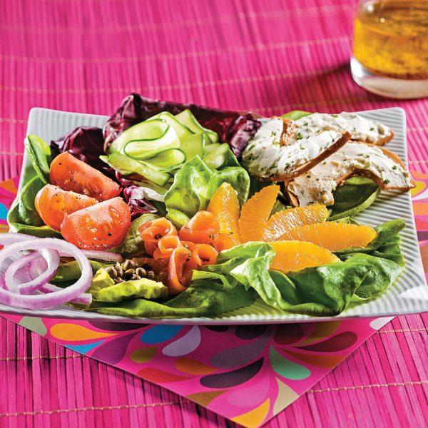 Salade de saumon fumé colorée