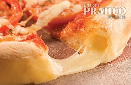 Pâte à pizza traditionnelle farcie au fromage
