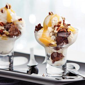Coupes glacées aux mini-brownies et caramel à la fleur de sel
