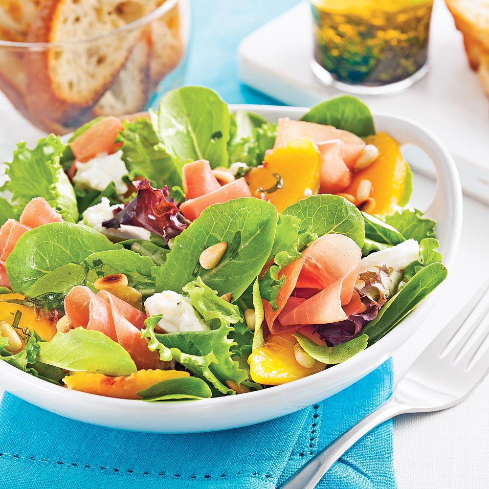 Salade de mozzarella fraîche, prosciutto et pêches