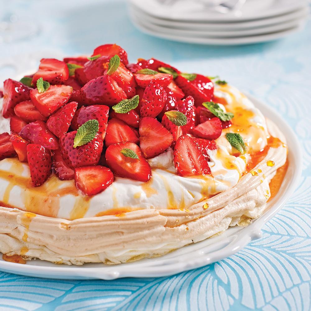 Pavlova aux fraises, caramel d'érable à l'orange