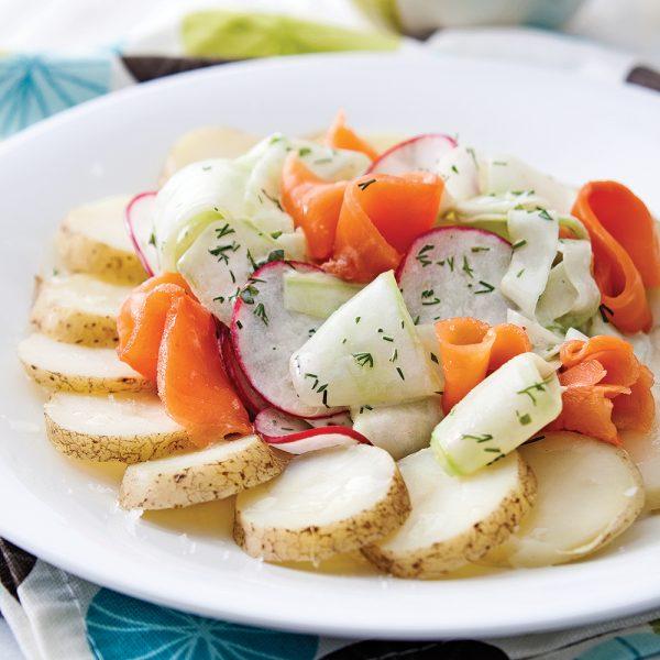 Salade de pommes de terre et de truite fumée, vinaigrette citronnée au yogourt