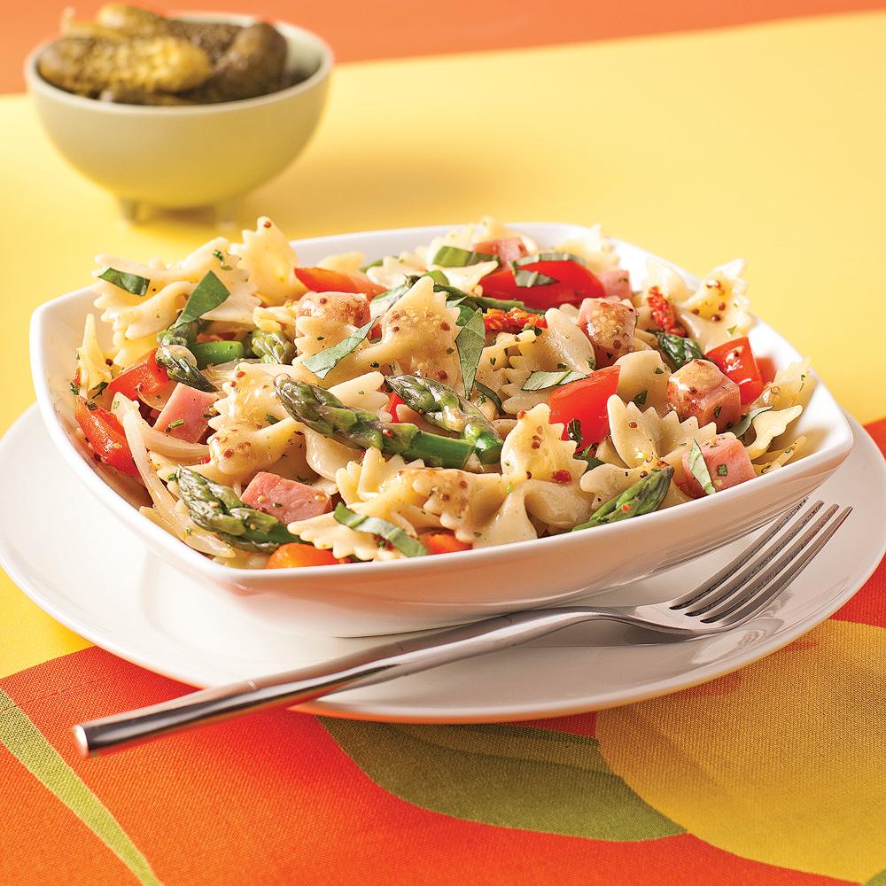 Salade tiède de farfalles au jambon, tomates séchées et asperges