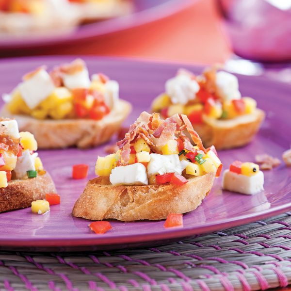 Crostinis au brie, bacon et salsa de mangue