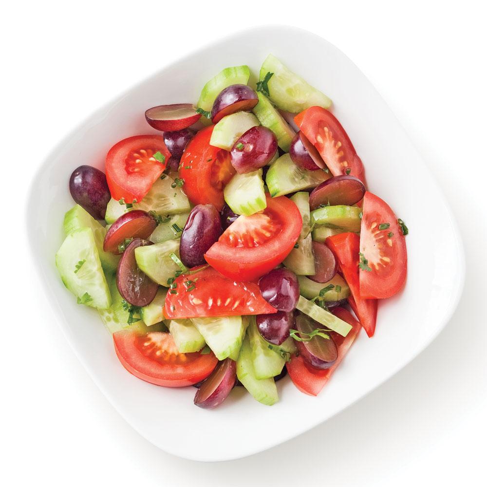 Salade de tomates avec concombres et raisins