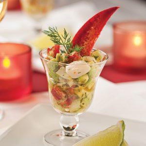 Salade de homard et pétoncles à l'avocat en verrine