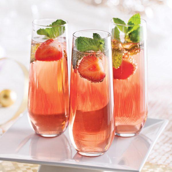 Cocktail au vin mousseux, fraises et menthe