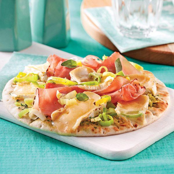Pizza jambon, brie et poireaux