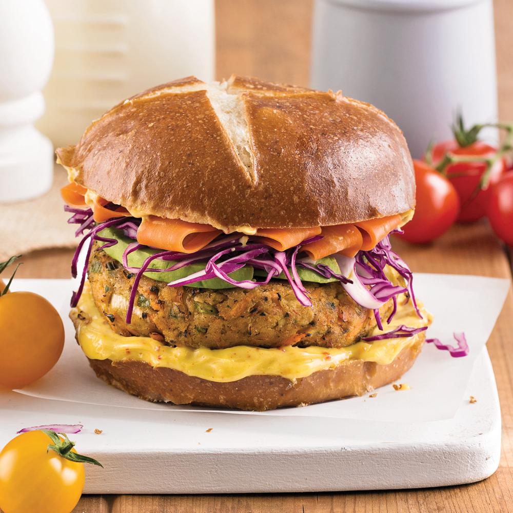 Burger aux haricots de Lima et chou rouge sur pain bretzel