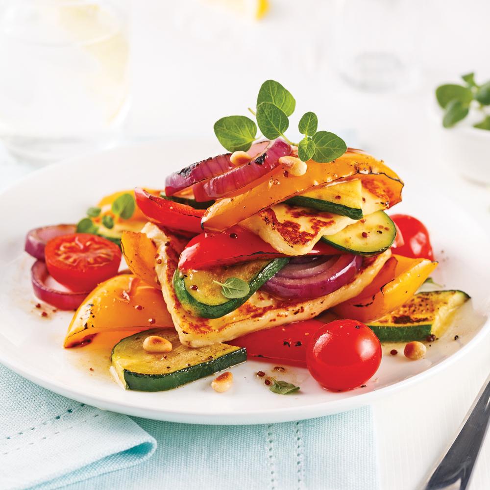 Salade-repas de légumes et fromage grillés