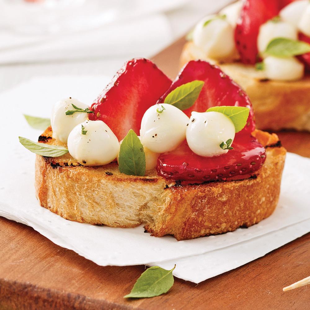 Croûtons aux fraises et bocconcinis