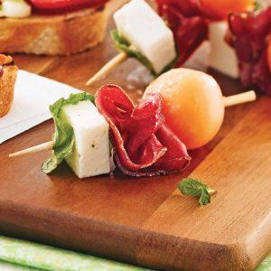 Mini-brochettes à la viande des Grisons, cantaloup et feta