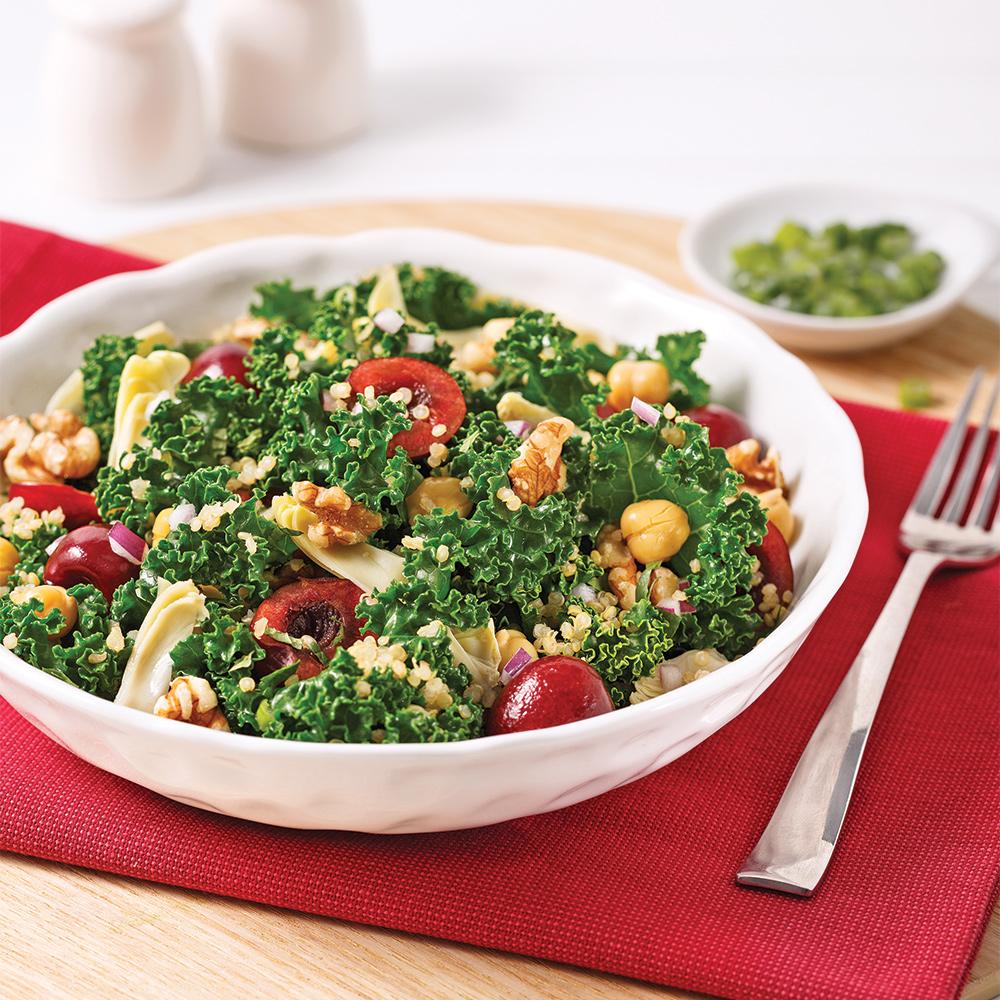 Salade-repas de chou kale aux artichauts et cerises