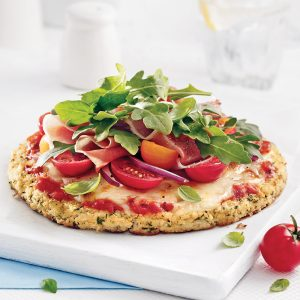 Pizza insalata au jambon serrano sur pâte de chou-fleur