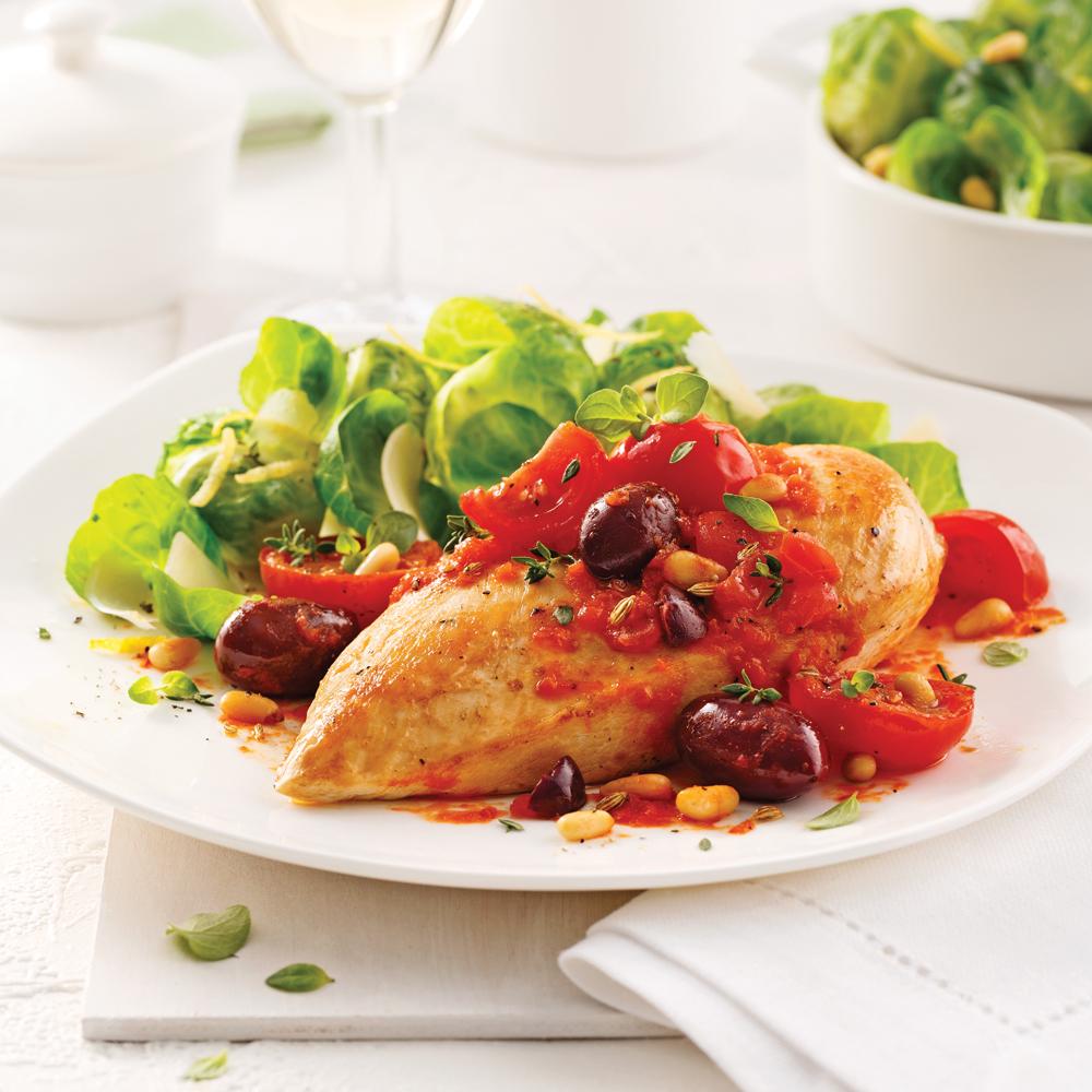 Poitrines de poulet aux tomates confites et salade de choux de Bruxelles