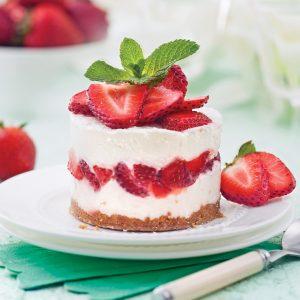 Gâteau étagé à la crème glacée et aux fraises
