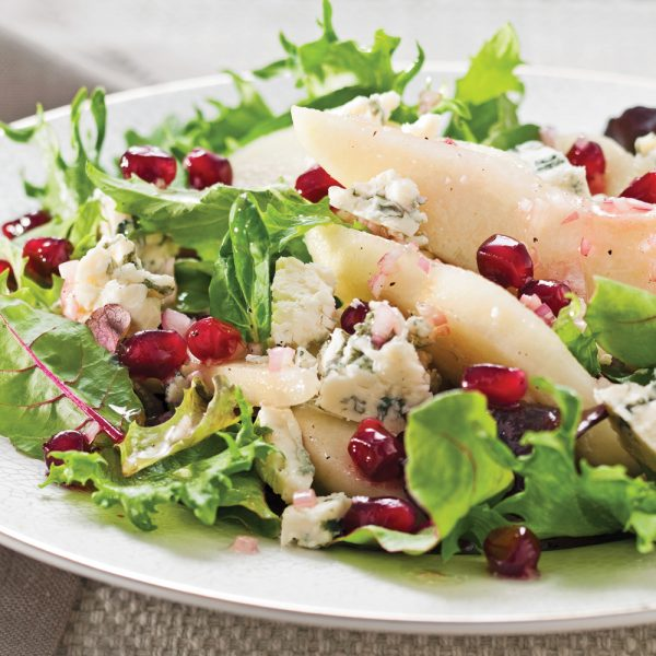 Salade de mesclun aux poires, grenade et fromage bleu