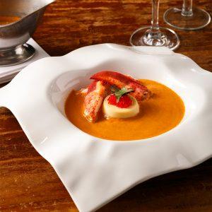 Bisque de homard grillé et piment Guajillo avec panna cotta de chou-fleur caramélisé à la truffe noire et masago