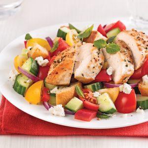 Salade de style grec au poulet et croûtons