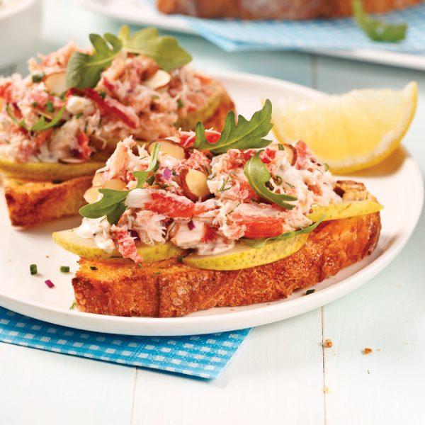 Tartines au crabe, poires et roquette