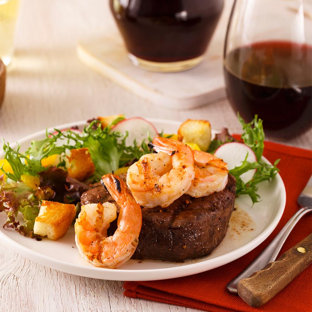 Surf'n turf de filet de bœuf mariné et de crevettes au beurre épicé