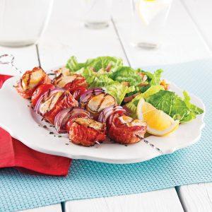 Brochettes de poulet bardé de bacon