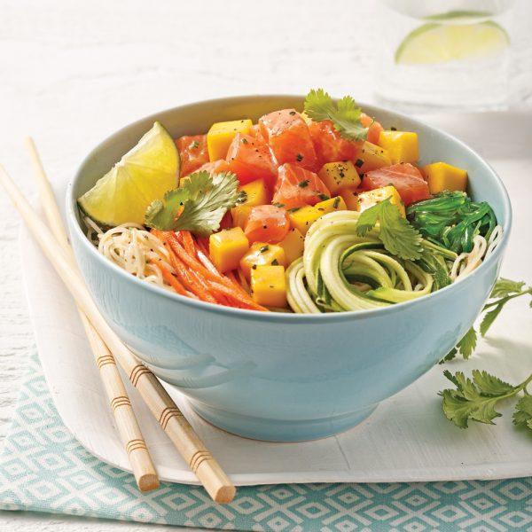 Poke bowl au saumon, mangue et vermicelles de riz